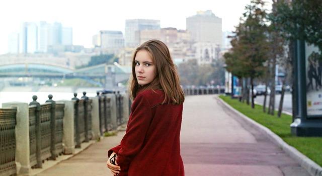 dívka na procházce.jpg