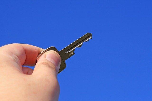 ruka s klíčem