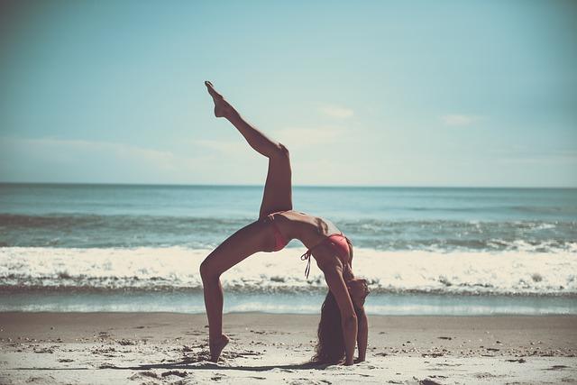cvičení jógy na pláži