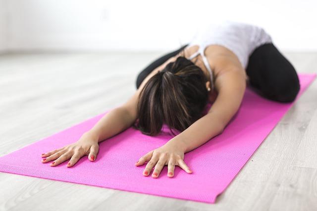 cvičení jógy na podložce