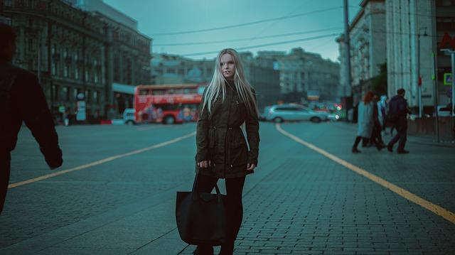blondýna s taškou