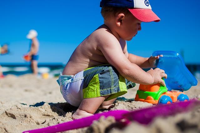 chlapeček na pláži